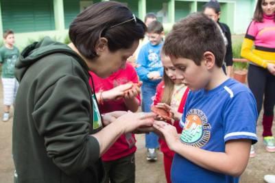 Sara Fraga trabalhando com crianças do ensino fundamental